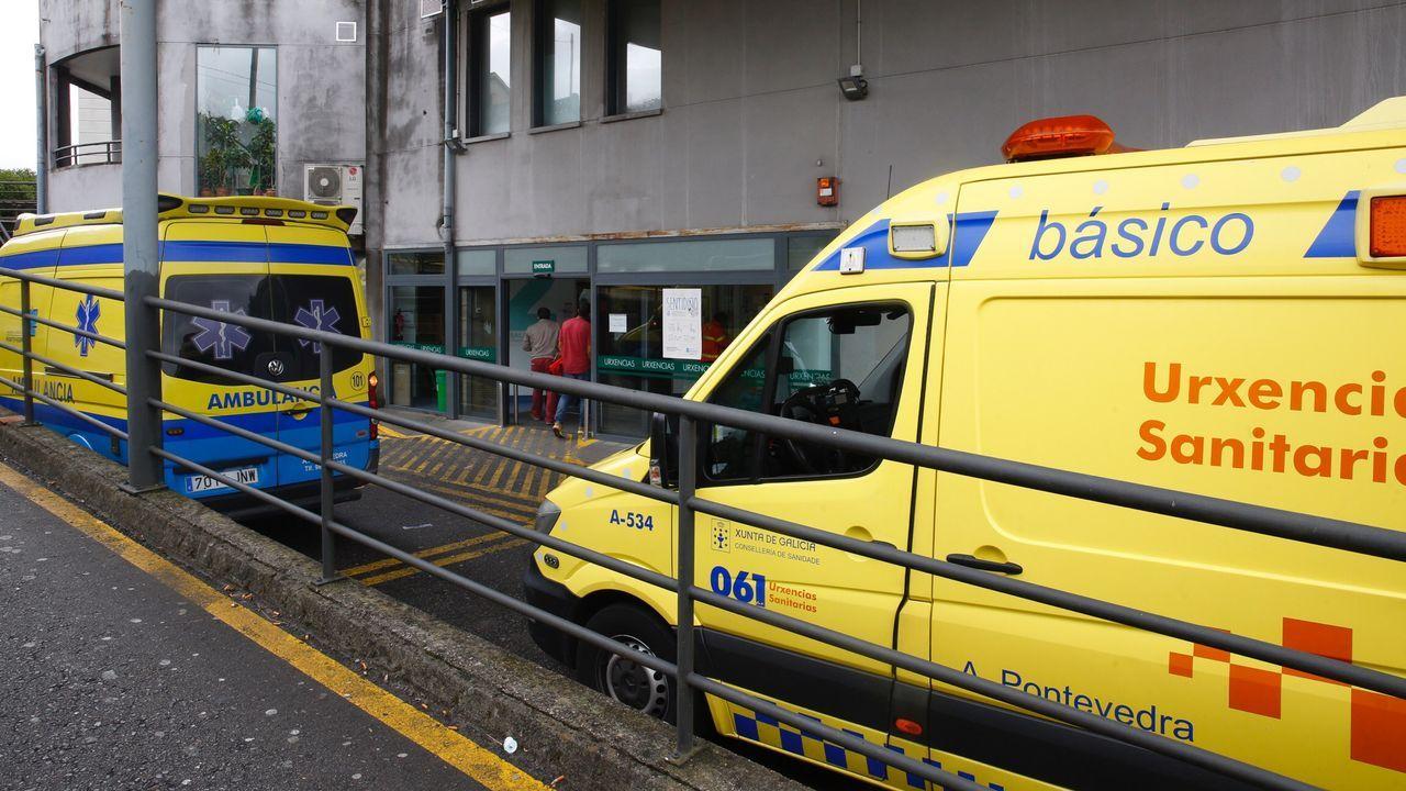 Con mascarilla para preparar el Belén de Valga.Varias ambulancias, en la entrada de urgencias del Hospital Montecelo, en Pontevedra