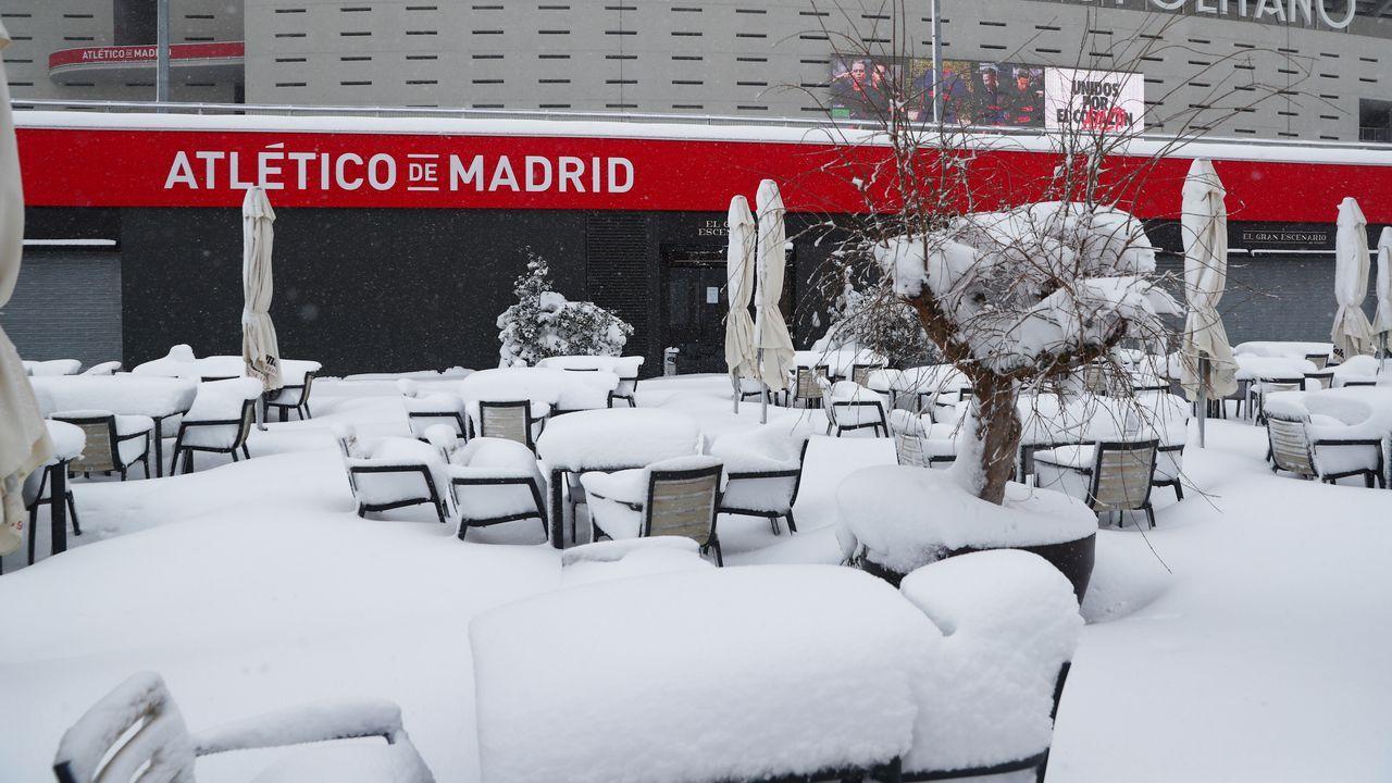 Viandantes de paseo en el centro madrileño