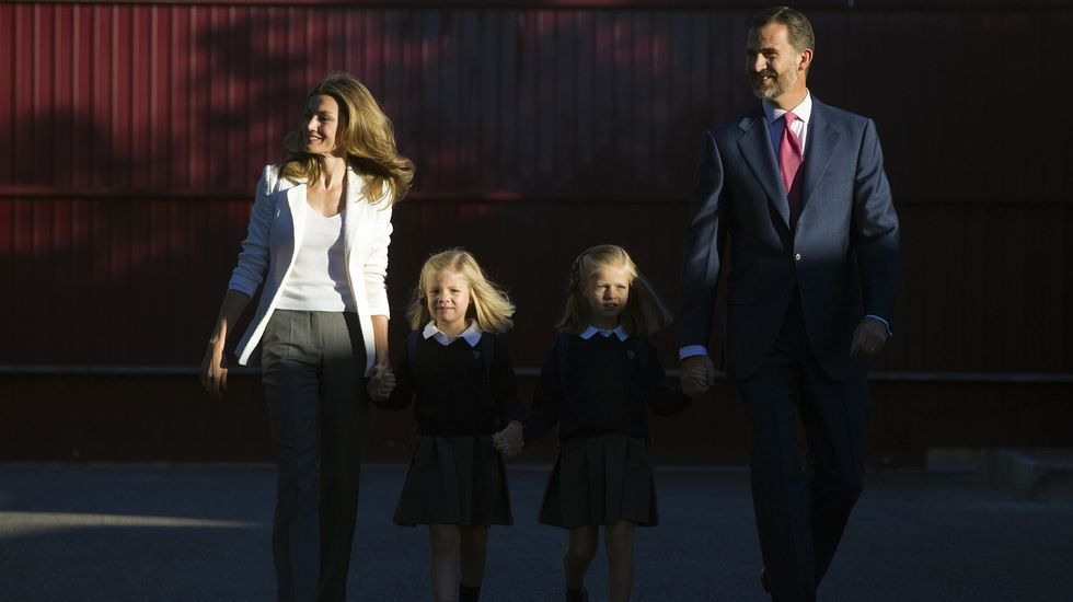 Los Príncipes de Asturias posan con las infantas Leonor y Sofía en los jardines de su residencia, momentos antes de acomparlas al colegio