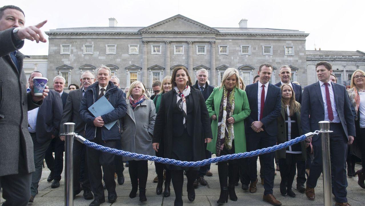 La presidenta del Sinn Fein, Mary Lou McDonald (en el centro de la imagen) en los exteriores del Parlamento irlandés