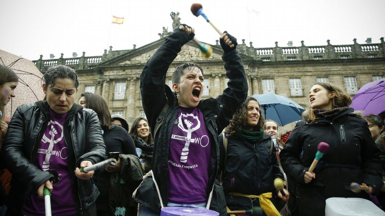 Retumbando en el Obradoiro: con mucho ruido y lemas como «Mulleres na rúa, a loita continúa», cientos de personas llenaron la plaza de Santiago