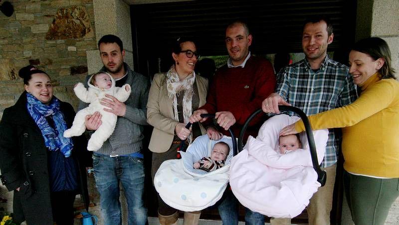 Beatriz Mato bromeó con los niños de Curtis.Día histórico en Raxoi. El 14 de marzo del 2012, Feijoo respaldó el inicio del proceso de fusión de Oza y Cesuras.