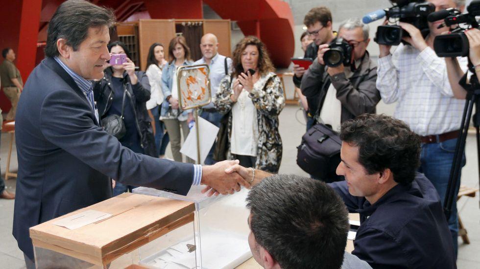 El presidente del Principado y secretario general de los socialistas asturianos, Javier Fernández, vota en el Palacio de Deportes de La Guía de Gijón.