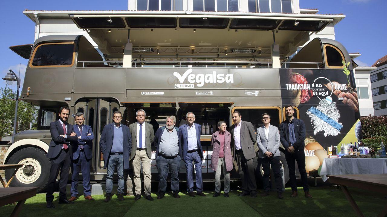 Vegalsa-Eroski inicia en Carballo su ruta de los productores gallegos con una Food Truck que recorrerá toda Galicia.Evencio Ferrero, a la izquierda, conversando con vecinos
