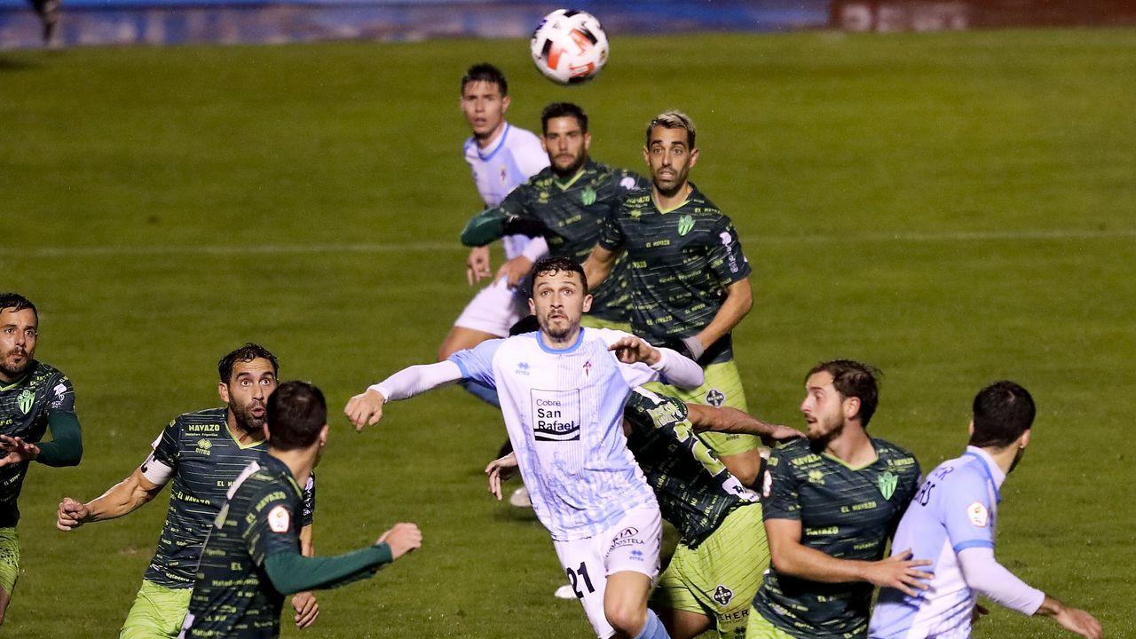 Álex Suárez controla un balón en el Vetusta-Marino, con Vanderson al lado
