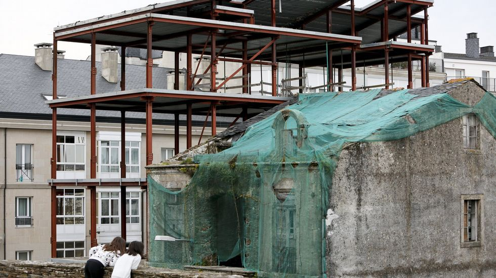Se apaga la luz...para salvar el Planeta.Desastres: Esqueleto de un edificio sin terminar desde hace años en la Ronda da Muralla