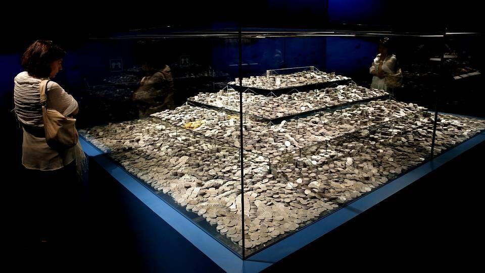 Los tesoros que intentó quedarse Odyssey.Roca posa con los dibujos de «El tesoro del Cisne Negro»