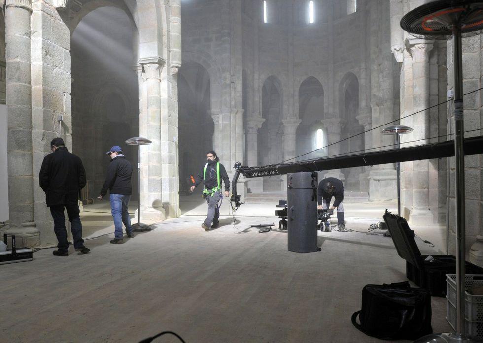 Enrique Iglesias explica por qué eligió Galicia para el videoclip «DeNoche y de día».El templo noiés aparecería en lugar del monasterio de Carboeiro, donde finalmente se rodó.