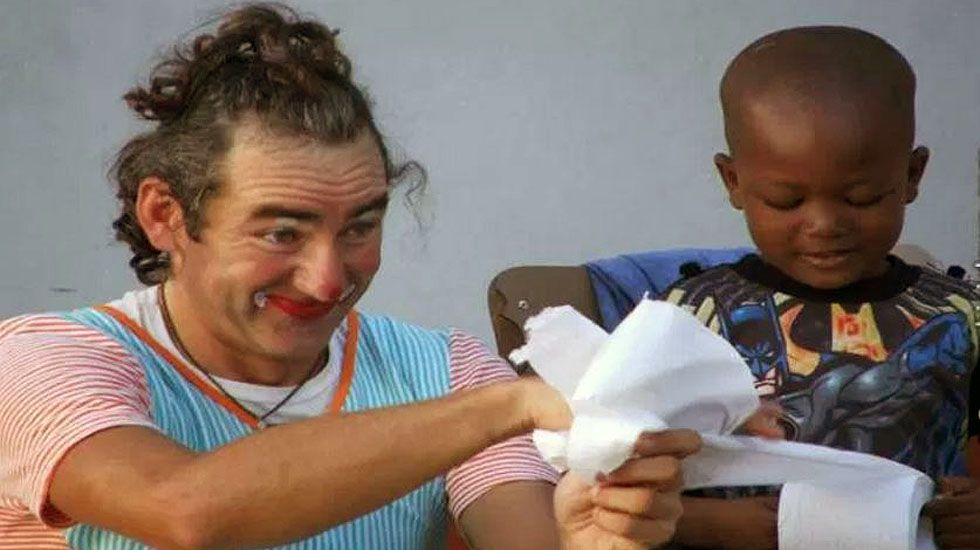 Álvaro Neil hace un truco con papel higiénico a un niño en Mozambique.Álvaro Neil hace un truco con papel higiénico a un niño en Mozambique