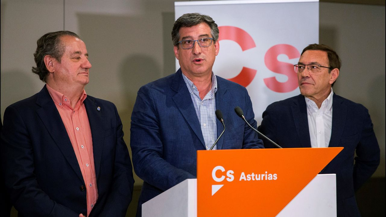 El cabeza de lista de Ciudadanos al Congreso por Asturias, Ignacio Prendes (c), valora los resultados electorales