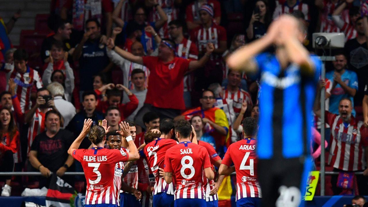 Jorge Mier celebra junto a la afición del Oviedo el triunfo ante el Cádiz