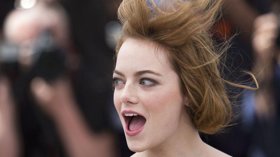 Emma Stone sufrió durante el photocall la consecuencia del viento de Cannes. Primero con su pelo y después con su vestido