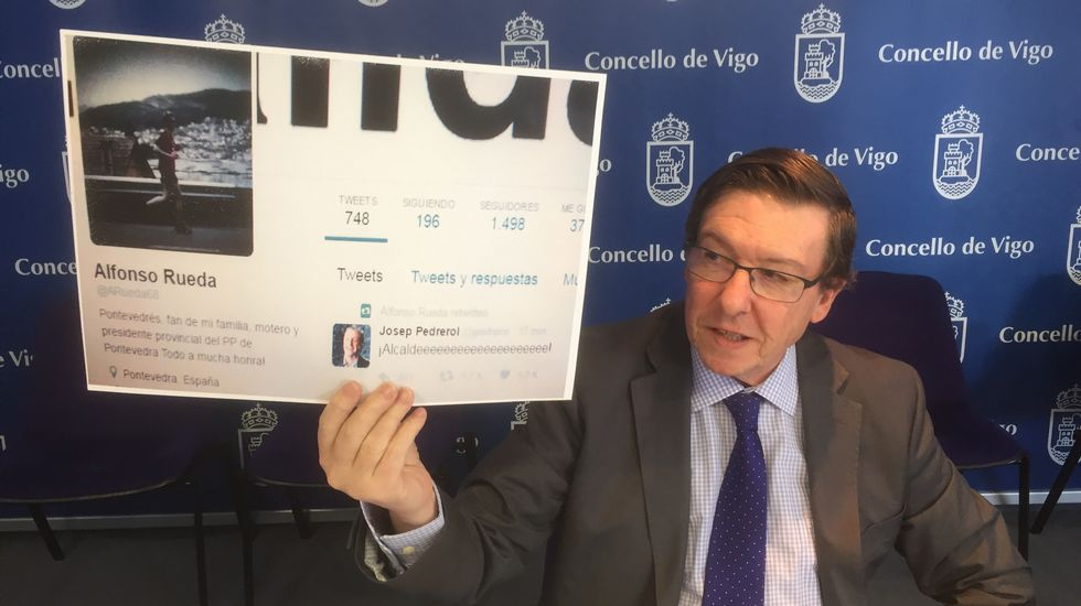 Polémica por un retuit del vicepresidente de la Xunta tras la derrota del Celta en Copa.El presidente del Principado, Javier Fernández, felicita a Fernando Lastra en los pasillos de la Junta General