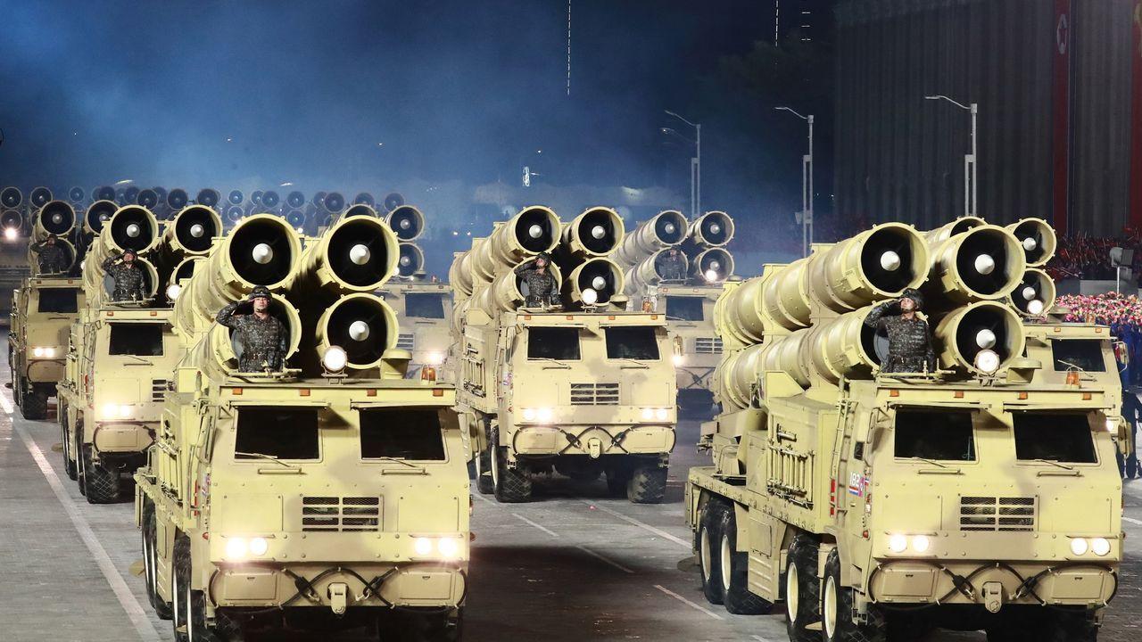 Imagen de vehículos lanzadores de cohetes norcoreanos exhibidos durante el desfile militar con motivo del 75 aniversario de la fundación del Partido de los Trabajadores de Corea