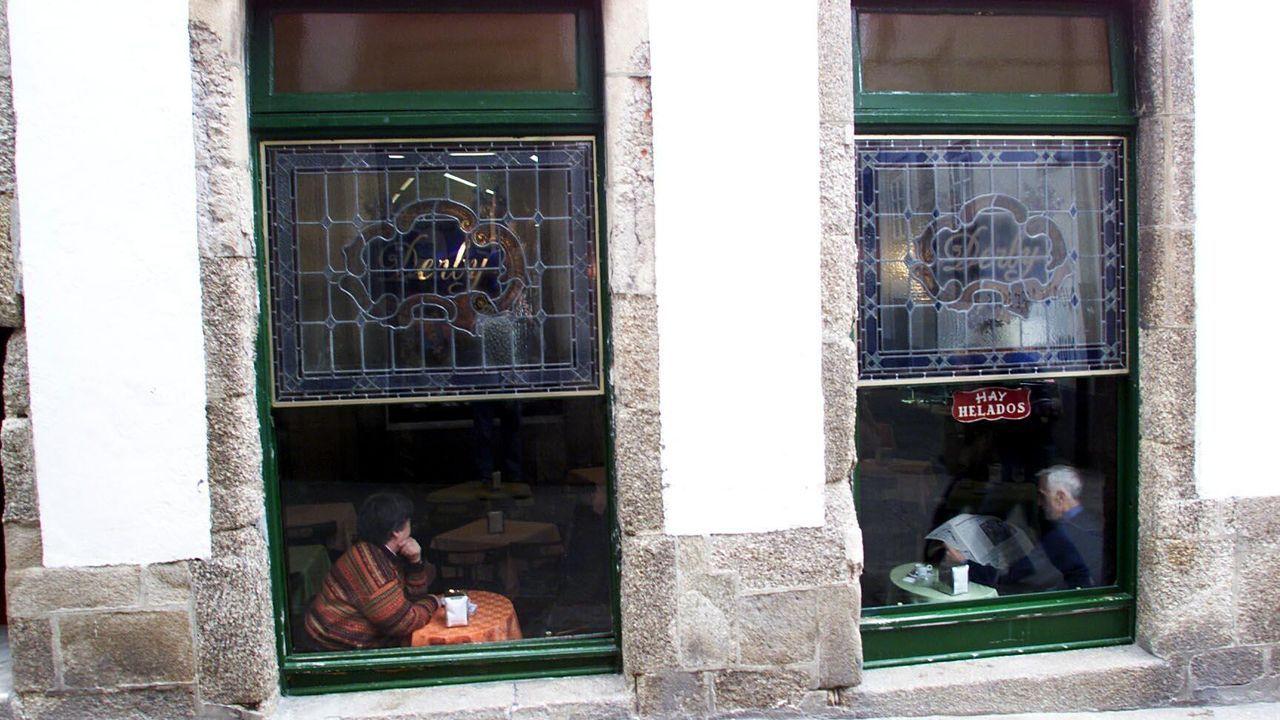 Vidrieras de estilo veneciano en el Derby. Están protegidas por Patrimonio, al igual que el mostrador de mármol de Carrara (Italia) y el zócalo, realizado en madera de caoba procedente de Cuba