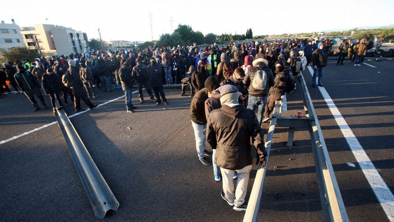 Vista del corte que grupos independentistas han realizado en la AP-7 a la altura de L'Ampolla (Tarragona)