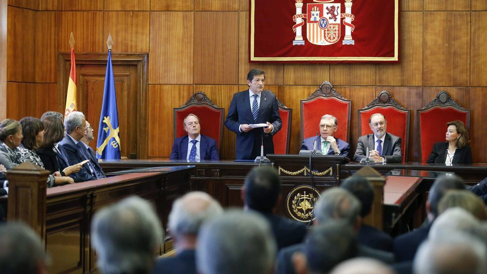 Gaspar Llamazares y Javier Fernández.El presidente del Principado, Javier Fernández (c), durante el acto de apertura del Año Judicial en Asturias
