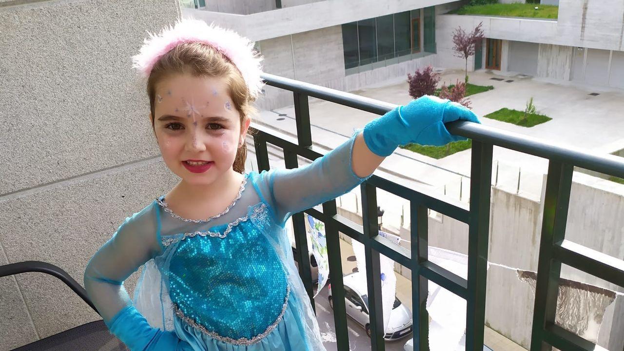 Hella, como Elsa de  Frozen , tuvo la idea de hacer la fiesta de disfraces.