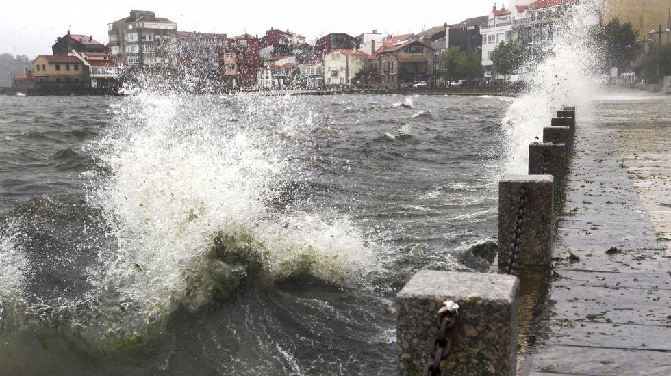 La marea supera el paseo marítimo de Vilagarcía.