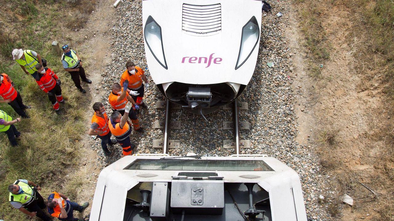 Momento en el que se engancha una locomotora a una de las dos composiciones del tren accidentado