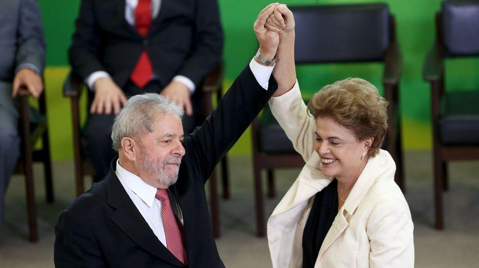 Lula da Silva toma posesión como ministro de la Casa Civil.Un hombre vende sombreros y globos con ilustraciones de la presidenta Dilma Rousseff y el exmandatario Lula Da Silva durante una manifestación contra el actual Gobierno.