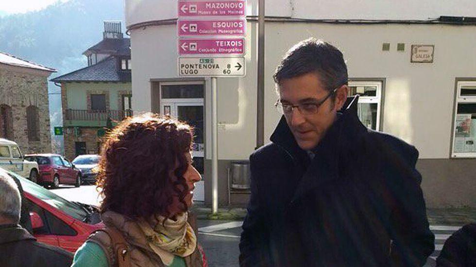 Eduardo Madina con Clara Costales, en Taramundi.Eduardo Madina con Clara Costales, en Taramundi