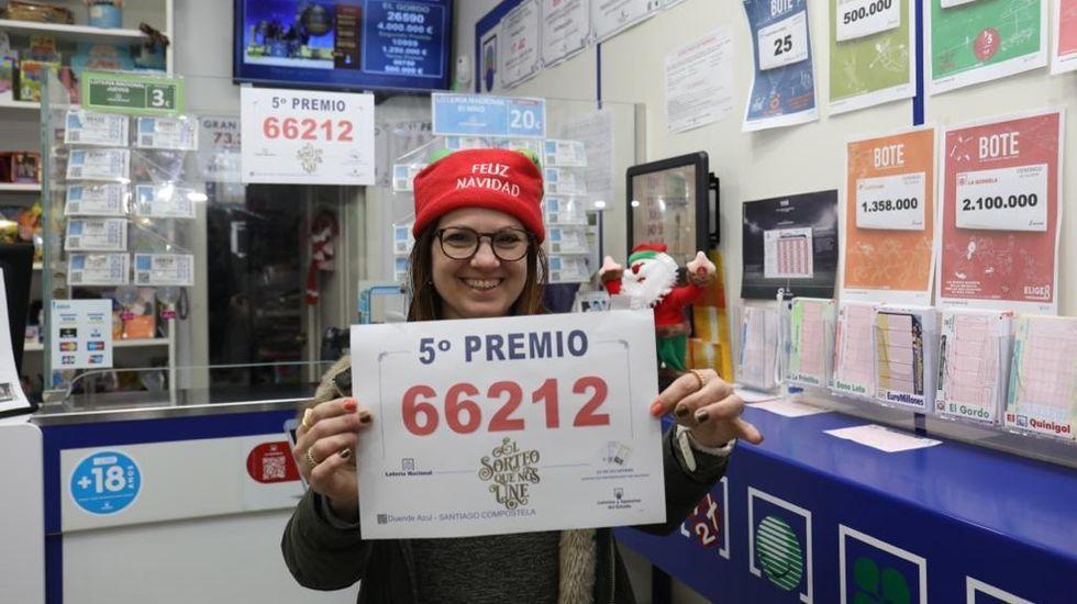 Patricia Díaz, al frente de Duende Azul, una tienda de chucherías de Os Concheiros, en Santiago, en la que también despacha lotería por máquina, y que vendió dos décimos del quinto de Navidad con el número 66212