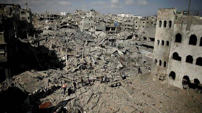 Israel reduce a escombros el barrio de Shejaia.Una familia palestina se resguarda en un refugio improvisado de un hospital de Gaza.