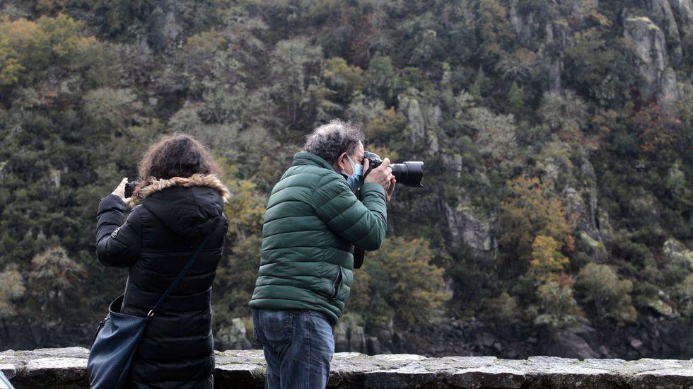 Fotógrafos junto al embarcadero de Os Chancís, en el cañón del Sil
