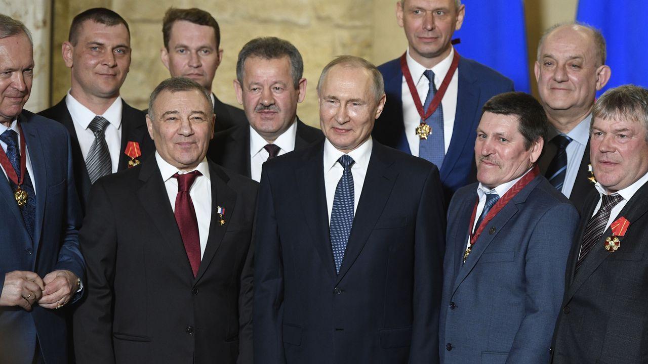 Putin posa con los constructores del puente de Crimea condecorados, entre ellos el oligarca Arkadi Rotenberg (a la derecha del presidente)