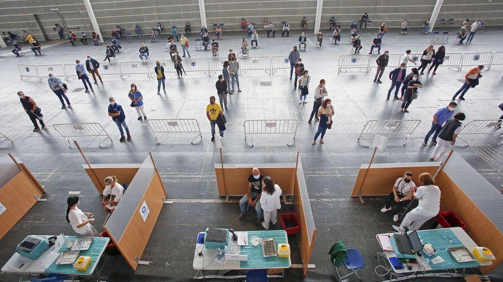 Las vacunaciones masivas prosiguen hoy en el recinto ferial de Pontevedra, donde se inoculará el fármaco de Pfizer a personas de entre 50 y 59 años