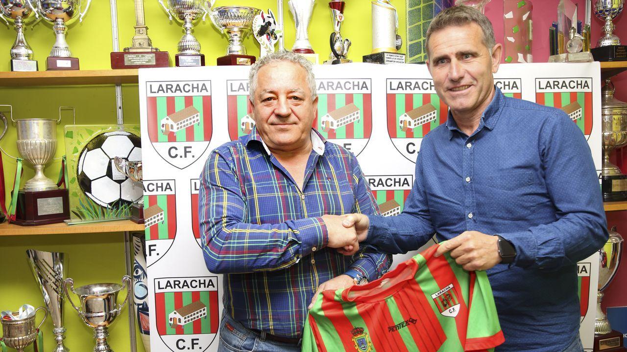Alex Sanchez Vetusta.Once del Oviedo ante el Mallorca B, con Villanueva en la fila de abajo, segundo por la izquierda