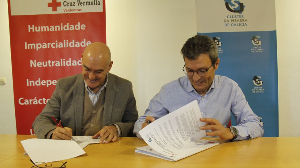 Entrega de los premios Magnum en Vilagarcía.Alonso y Cobo durante la firma del convenio