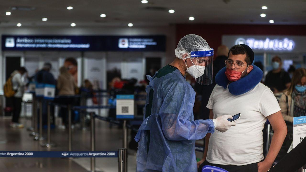 Viajeros en el aeropuerto internacional de Ezeiza, en Buenos Aires