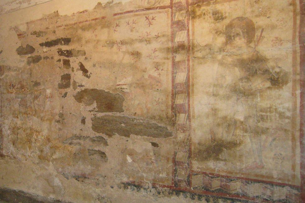 En la imagen de la izquierda, las pinturas como se encontraban en 1994 tras la última restauración. A la derecha, como están ahora.