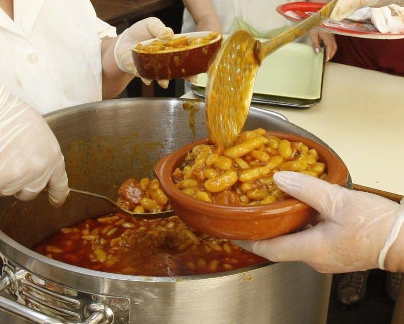 La Feira das Fabas llena Ponteceso de sabor.Los cocineros ya tienen mucha maña en esto de las fabas.