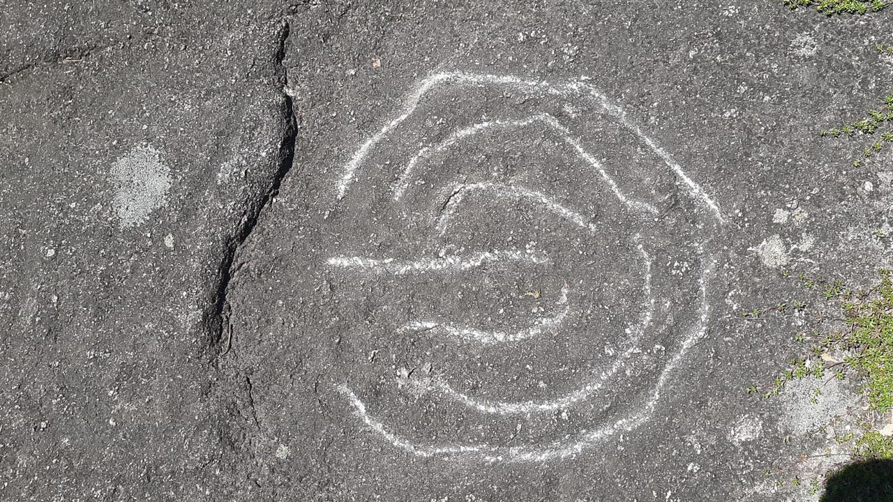 Petroglifo de Campo Lameiro dañado con un objeto punzante