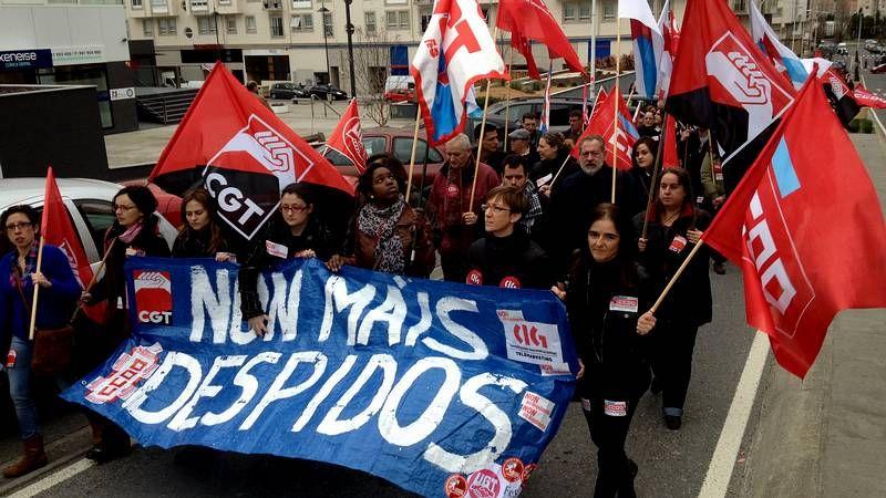 Manifestación de los trabajadores de Extel en A Coruña.La oficina registró largas colas para entregar los currículos y hacer las pruebas de selección.