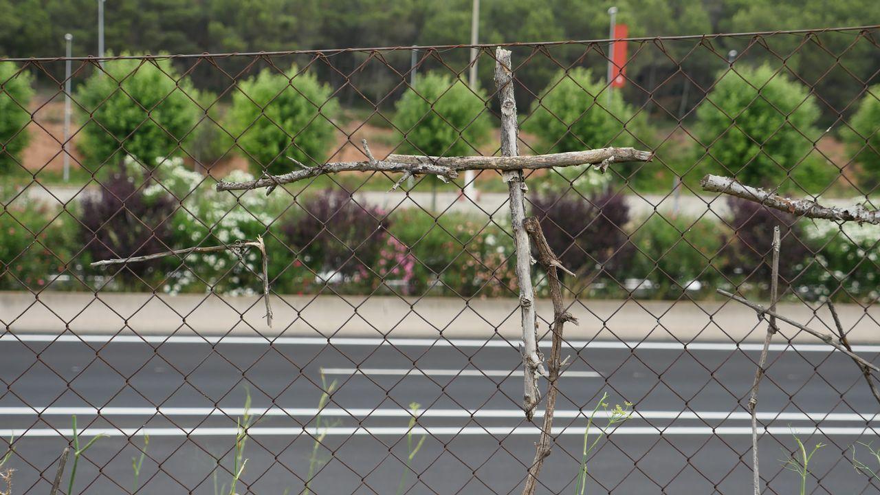 Los que pasan por este punto, a las afueras de Logroño, colocan pequeñas cruces hechas con palos de madera en la valla de la autopista