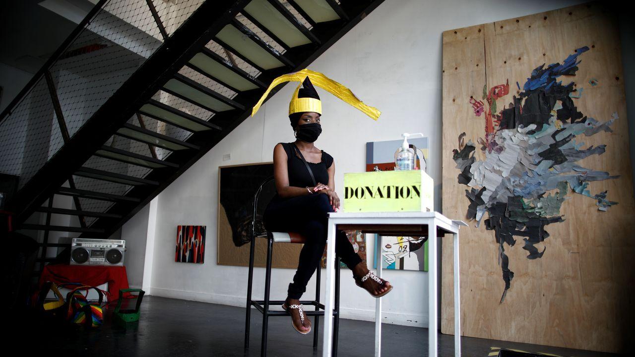 Una galería de arte parisina prepara su reapertura definitiva para la próxima semana. Los artistas han creado «sombreros desconfinamiento» con los que marcan la distancia social