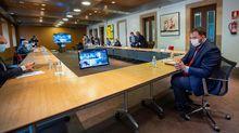 vEl presidente del Principado de Asturias, Adrián Barbón (d), preside este lunes la reunión del comité de crisis de la covid-19 en la que también participarán los Ayuntamientos de Oviedo, Gijón y Avilés, en el Palacio del Conde de Toreno de la capital asturiana
