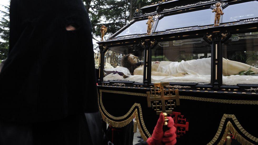La Semana Santa gallega, en imágenes.La salida del paso de la Virgen de la Esperanza que hizo el recorrido por el interior del casco.