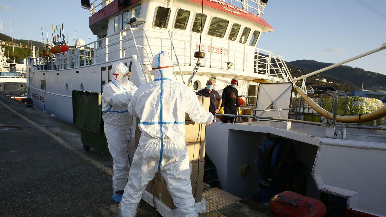 Lo nunca visto de un barco de Gran Sol en 46 fotos.El coronavirus se cebó con el Siempre Antares, en imagen en el puerto de Celeiro, al contagiar a 14 de 15 tripulantes; uno de ellos falleció tras ser evacuado al Hospital de A Coruña