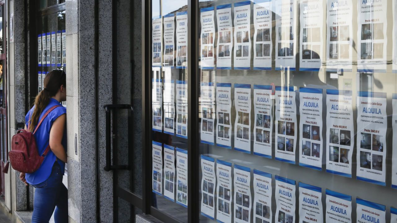 Galicia tiene un «Atlántico interior» y está en León.Carteles de alquiler de vivienda en A Coruña.
