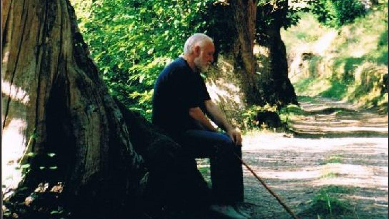 Una fotografía del poeta Uxío Novoneuyra en el Souto da Ruibal, en su localidad natal de Parada