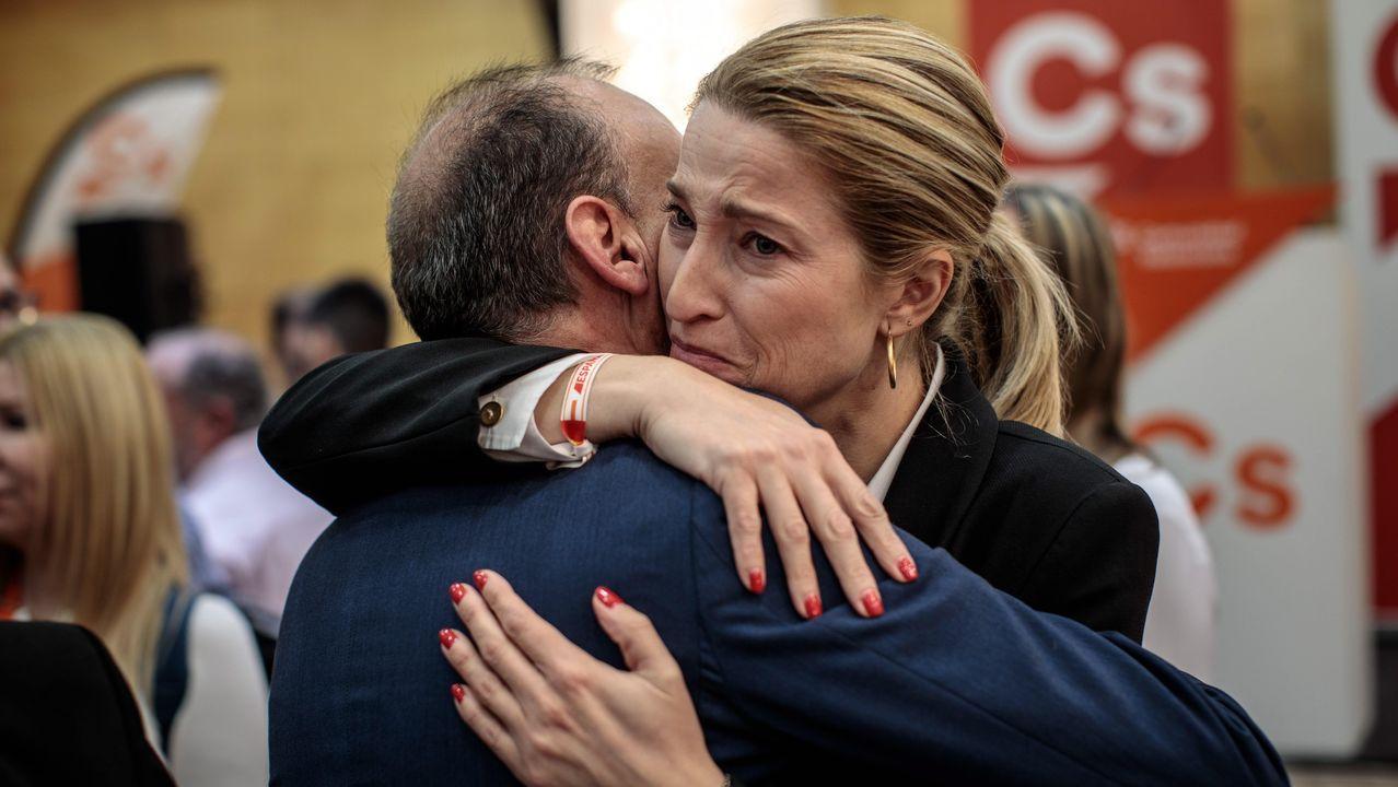 María Muñoz, candidata de Ciudadanos por Valencia, se abraza a uno de sus compañeros