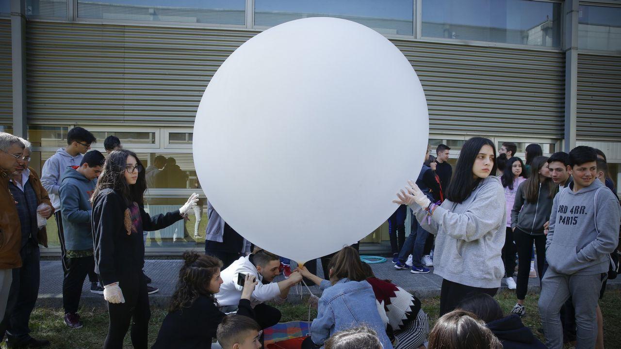 Alumnos del instituto Maruxa Mallo, de Ordes, y de otros centros gallegos hacen una prueba con un globo pequeño para el nuevo proyecto de la agencia espacial escolar, NOSA.Ice & dreams. En Madrid podemos encontrar el helado nube, tendencia para este verano recién llegada de Londres.