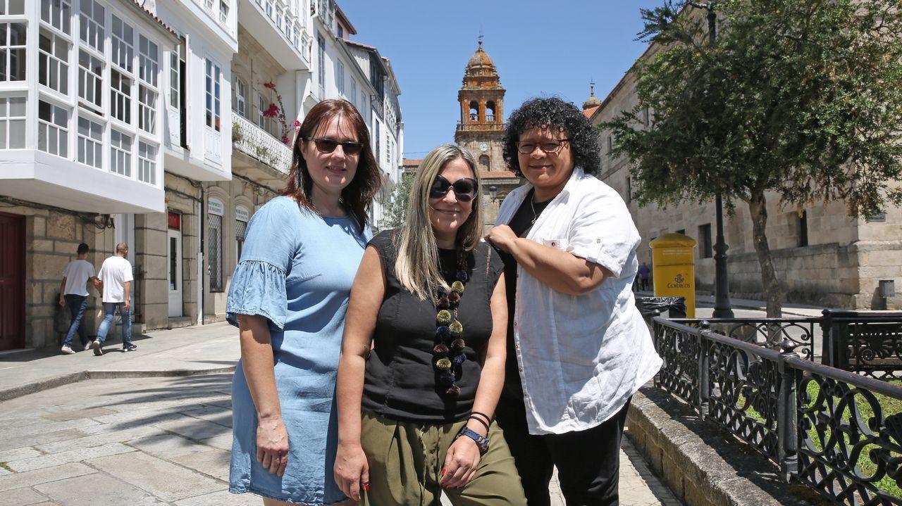 María Veloso, Maria Teresa Feijoo y Daysi Ramírez orientan a los recién llegados