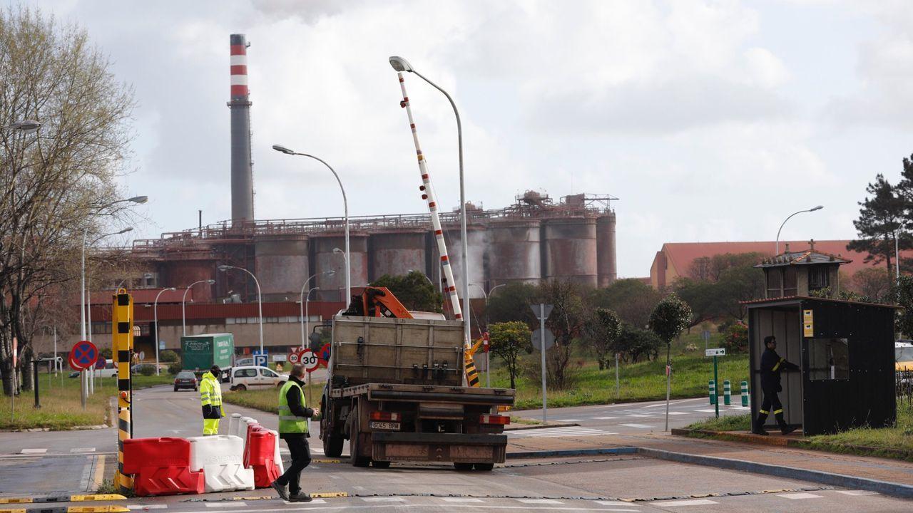 Entrada a la fábrica de alúmina y aluminio de San Cibrao, que Alcoa pretende cerrar parcialmente