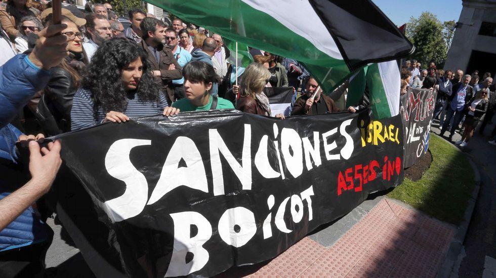 Movilizaciones para reclamar salarios dignos Oviedo CCOO. Podemos, IU, CCOO, UGT y PCA convocaron hoy una concentración en protesta frente a la Delegación del Gobierno en Asturias por la muerte de decenas de palestinos en las protestas en la frontera de Gaza contra el traslado de la embajada de Estados Unidos a Jerusalén.